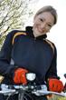 Junge Frau mit LED-Fahrradleuchte