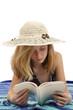fillette de 11 ans bronzant et lisant