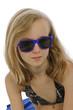 portrait jeune fille de 11 ans avec lunettes solaires