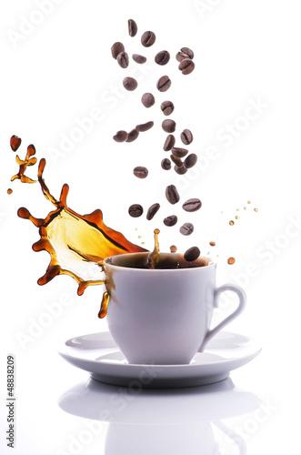 tazzina di caffè con chicchi e spash