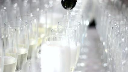 champagne o spumante versato in un banchetto nuziale