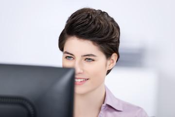 geschäftsfrau arbeitet am computer
