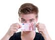 Teenager mit 10 Euro Schein