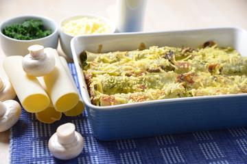 Cannelloni mit Spinat- und Champignonfüllung