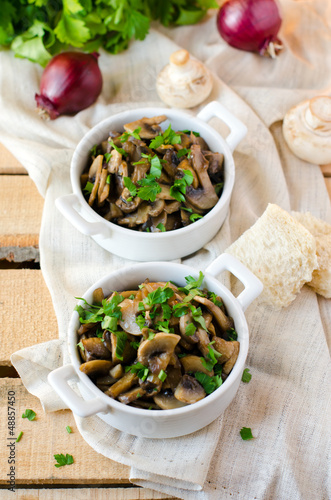 Stewed mushrooms with red onion