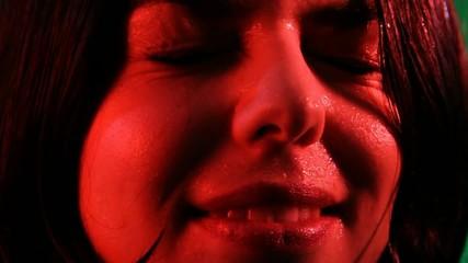 ragazza sorride in primo piano (luce rossa)