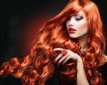 Les cheveux rouges. Portrait Fashion Girl. de longs cheveux bouclés