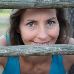 femme derrière les barreaux