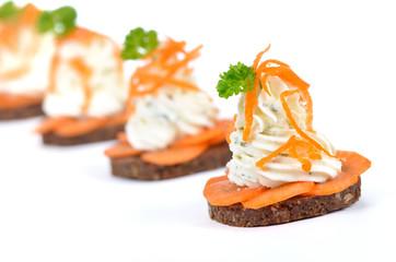 Käsehäppchen mit Kräuterfrischkäse und Karotten