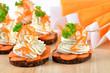 Kräuterquark mit Karotten auf Pumpernickel-Talern