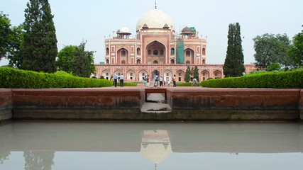crowds walking around Humayun's Tomb New Dehli