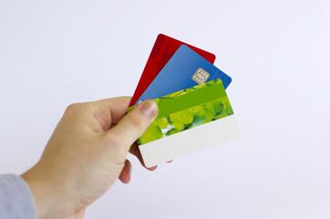 Hand hält Kredit- und Kundenkarten