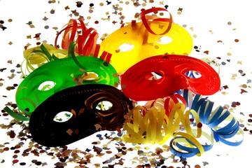 Mascherine di carnevale colorate con coriandoli e stelle filanti