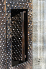 Porta medioevale con borchie in ferro