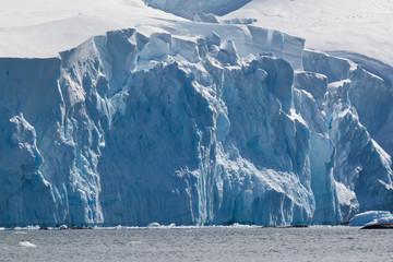 Blaue Eiswand eines Gletschers auf Trinity Island