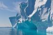 canvas print picture - Seitenfront eines großen Tafeleisberges im Gegenlicht