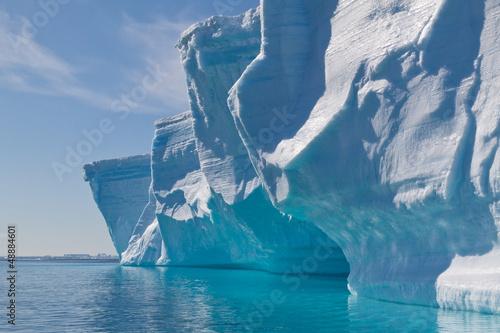 canvas print picture Seitenfront eines großen Tafeleisberges im Gegenlicht