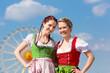 Junge Frauen in traditionellem Dirndl beim Frühlingsfest
