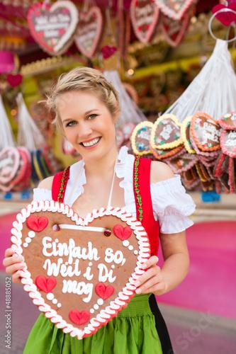 Junge Frau in traditionellem Dirndl beim Frühlingsfest