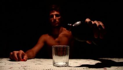 ragazzo apre una bottiglia di cola al buio