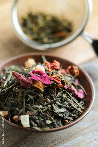 Green Tea Leaves with fruit and flowers petals - tè verde