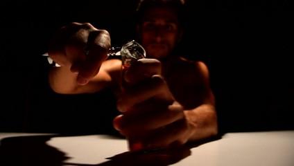 ragazzo apre (stappa) una bibita nell'oscurità