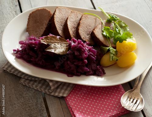 Braten mit Kartoffeln und Rotkohl