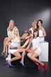 Hübsche Frauen Gruppe mit tollen Schuhen posieren