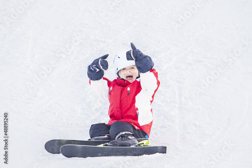 Junge auf Ski im Urlaub