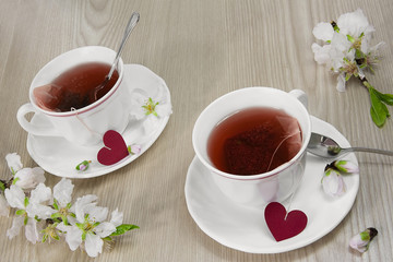 Tazas de té rojo, con corazones.