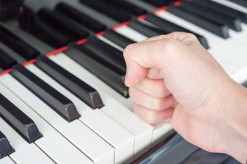 グランドピアノを叩く手