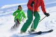 Zwei Skisportler auf der Piste