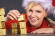 Hübsche Frau mit Weihnachts Mütze und Geschenke lacht