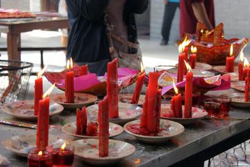 Preghiere e Candele in un tempio a Ho Chi Minh