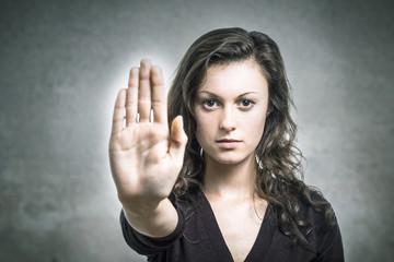 Junge Frau verteidigt sich