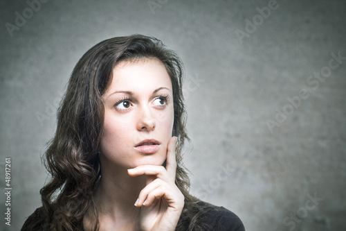 Junge Frau denkt nach