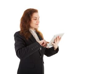 Eine junge Frau arbeitet mit ihren Tablet-PC