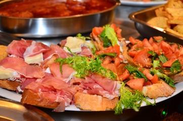 Crostini veneziani crudo e brie e pomodoro
