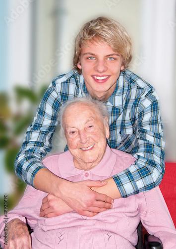 Junger Mann mit Großmutter