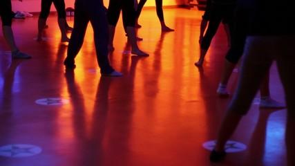 gruppo di danza durante le prove (allenamento)