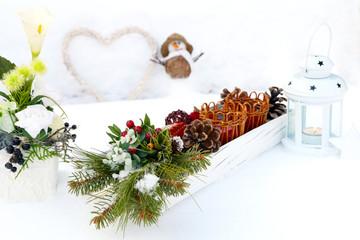 Tischschmuck auf verschneitem Gartentisch