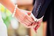 Hände eines Brautpaars