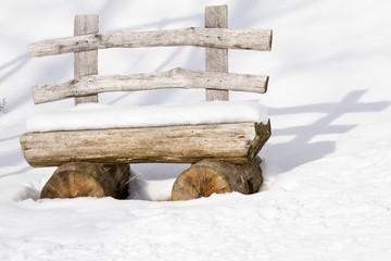 panchina in legno nella neve