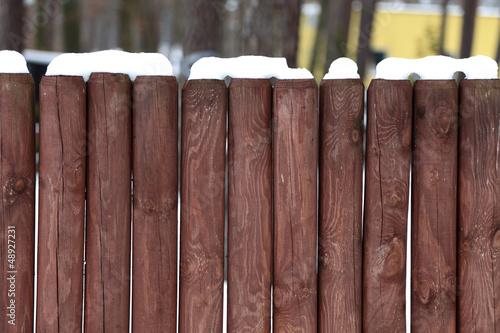 Płot drewniany z kołków.