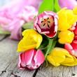 Tulpen auf Holzuntergrund