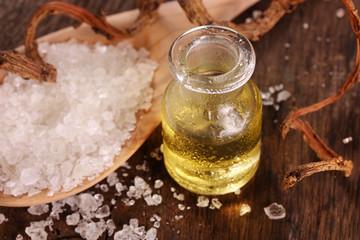 Wellness mit Aromaöl und Badesalz