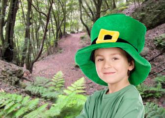 Enfant de Pentecôte chapeau de la Saint-Patrick dans le domaine