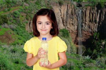 Petite fille avec une bouteille d'eau