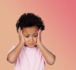 Latine Enfant triste avec des maux de tête