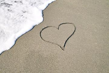 砂浜にハートマーク